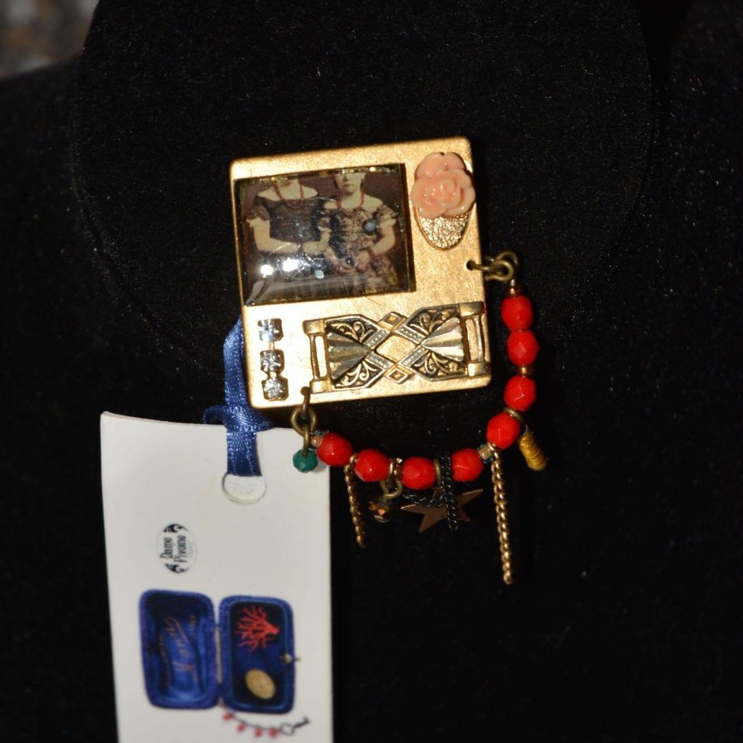 Broche de la marque Dame Pivoine, créé par la créatrice poitevine Aurélia Dalby